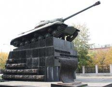 Танк на Комсомольской площади в Челябинске