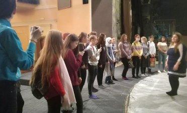 На сцене театра